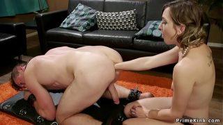 Привлекательная девчушка поглаживает вагину во досуг попки и сквиртит
