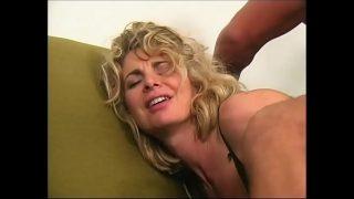 Сексуально онанирует манду обольстительная обнаженная женщина